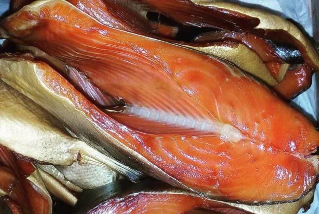 Готовая закопченная рыба