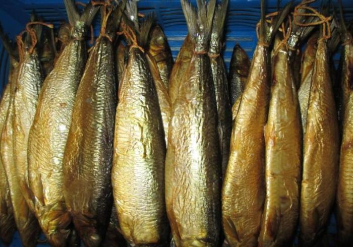 Подвешенная на бечевке рыба