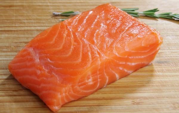 Отличный кусок красного мяса рыбы