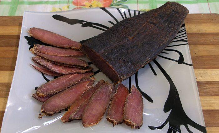 Нарезанное мясо холодного копчения