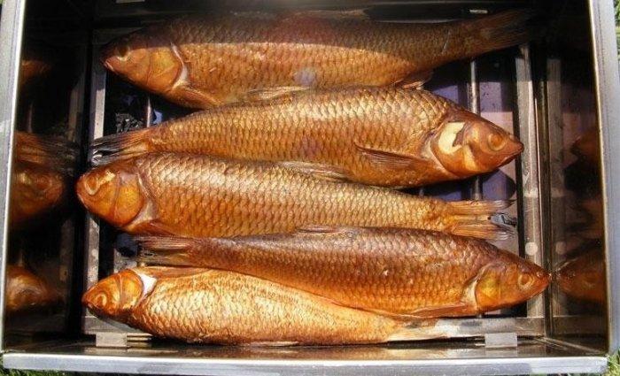 Готовая рыбка в коптильне