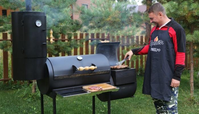 Мужчина готовит ужин