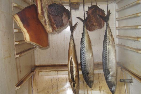 Рыбка и мясо в процессе копчения